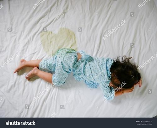 Enfant qui fait pipi au lit, doit-on l'emmener voir un spécialiste?